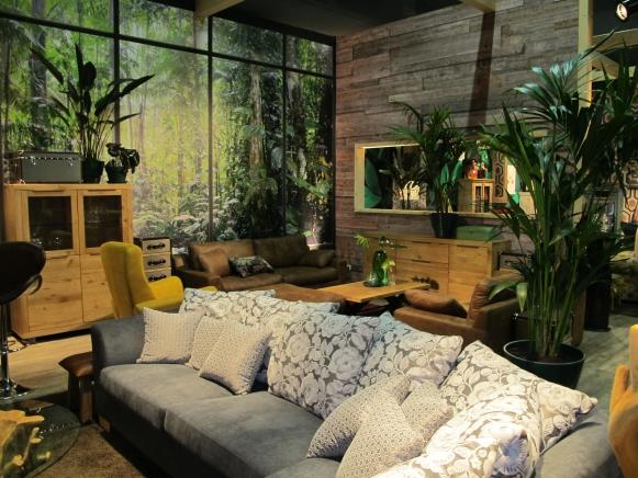 sattes grn zu einladenem sofa so entsteht ein gemtliches wohnzimmer meditative raumgestaltung mit zimmerpflanzen und warmen holztnen - Zimmerpflanzen Warme Wohnzimmer